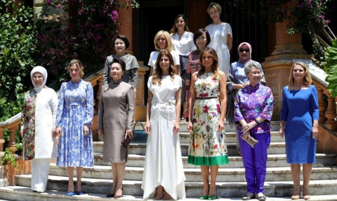 Singapore PM's wife wears pouch made by autistic student to G20 summit, shows us all how it's done